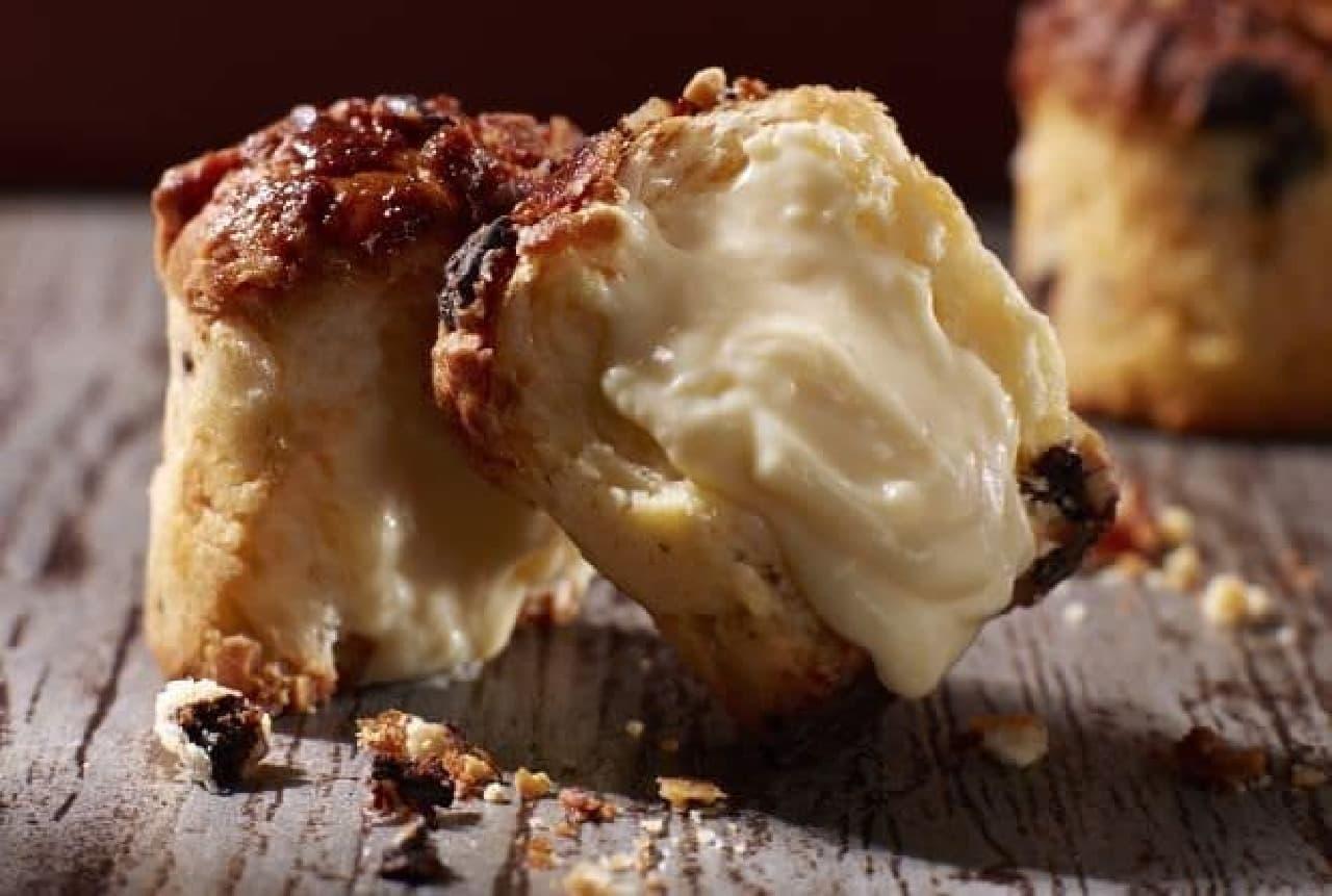 くりーむマフィンは、クッキー層、マフィン生地、カスタードクリームが組み合わされたマフィン