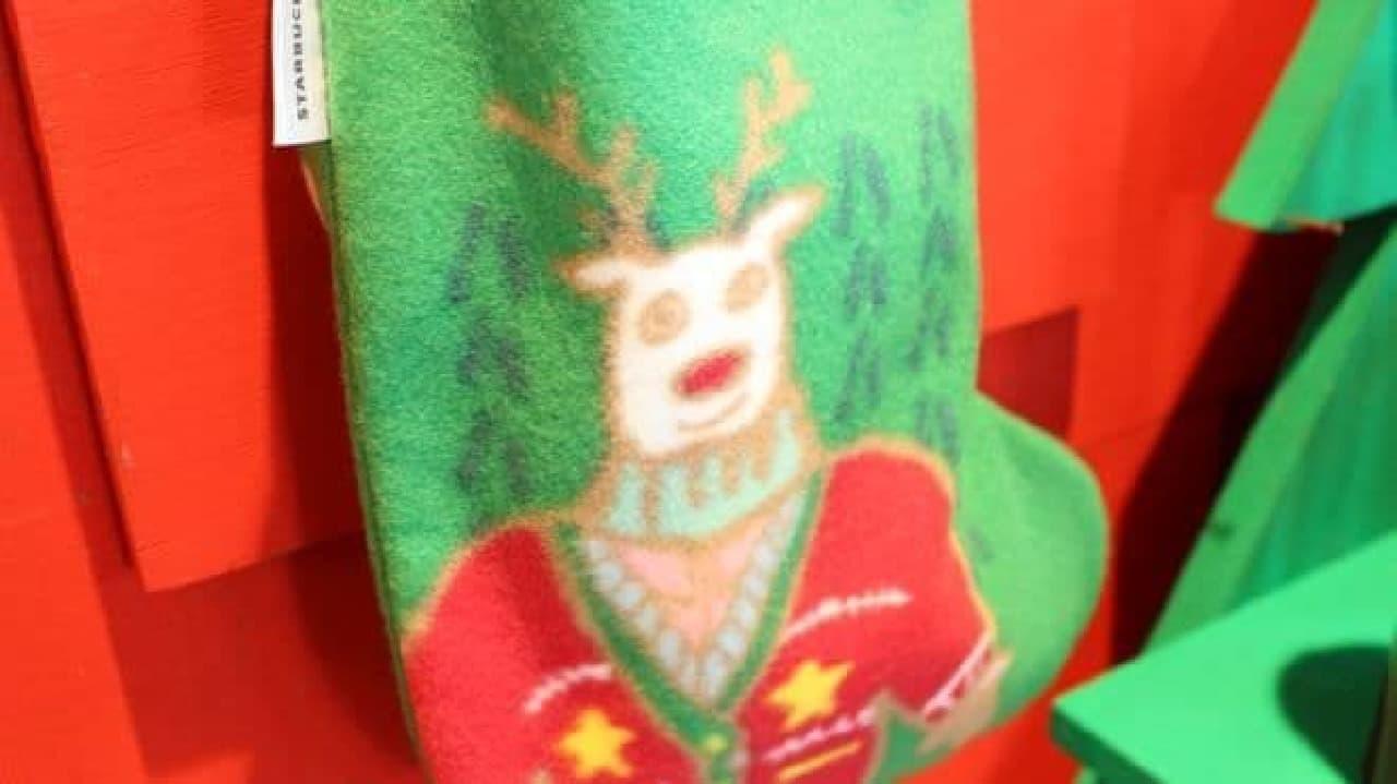 「ソックスバッググリーン」は、ムキムキのトナカイが描かれたソックスバッグ