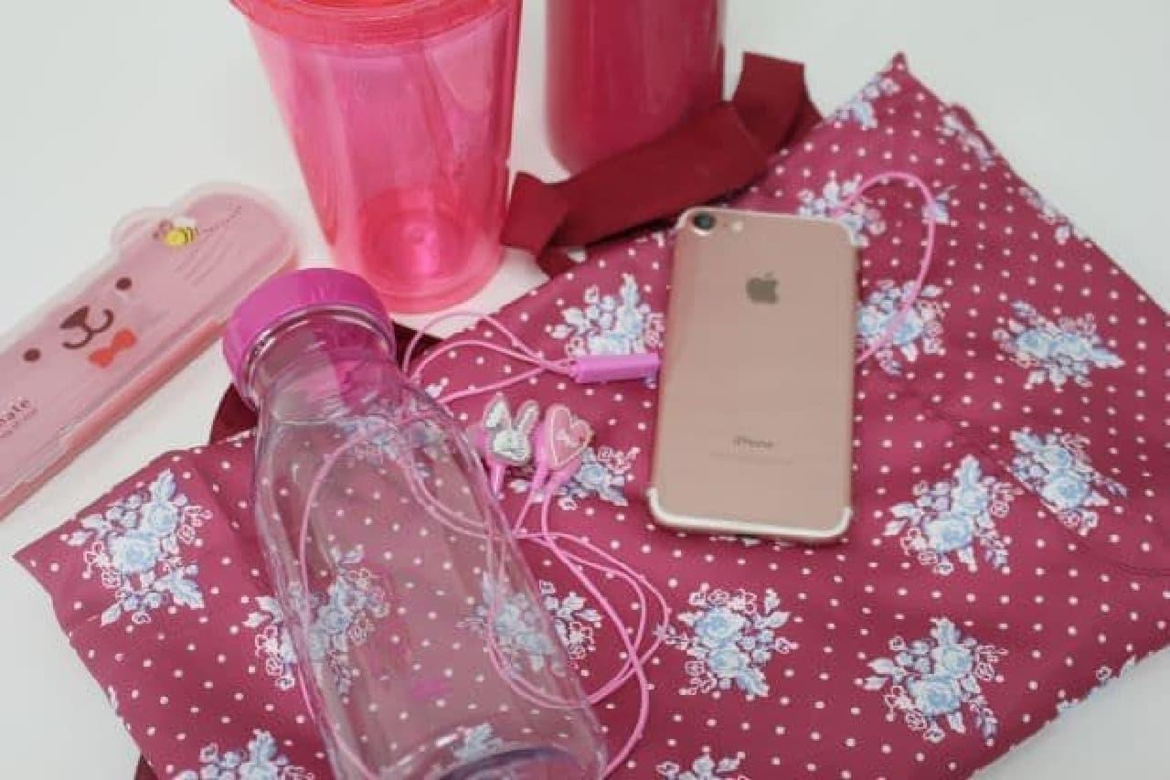 ピンク色の私物を集めた様子