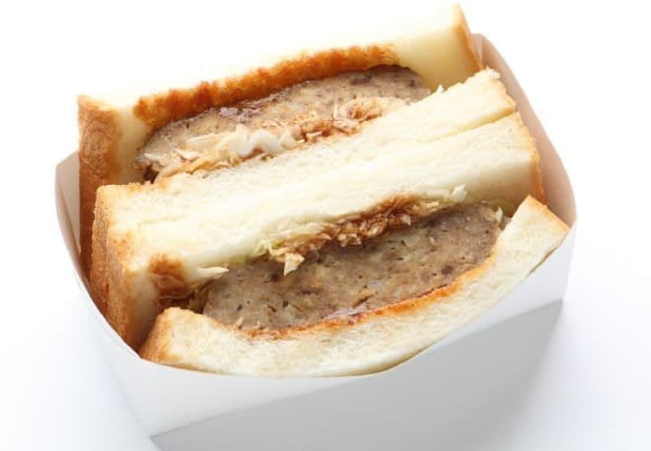 鉄板焼きハンバーグサンドは、ハンバーグと千切りキャベツがサンドされた一品