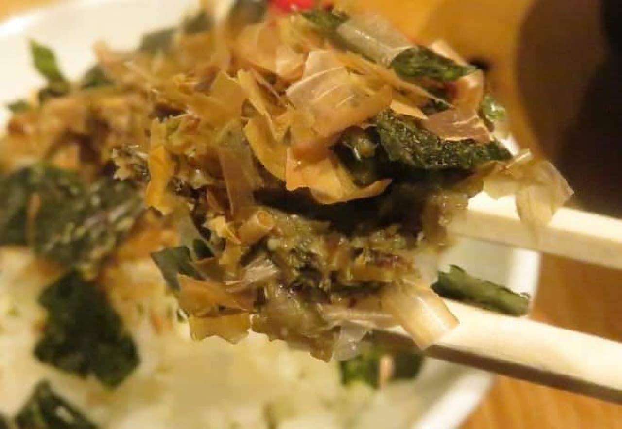 漁師飯は、煮干のだしがらに特製の味噌を合え海苔と鰹節を加えたものがトッピングされた一品