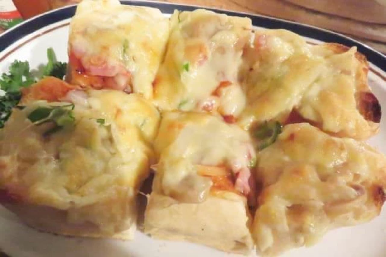 ピザトーストは、厚切りのパンにたっぷりのチーズが使用された一品
