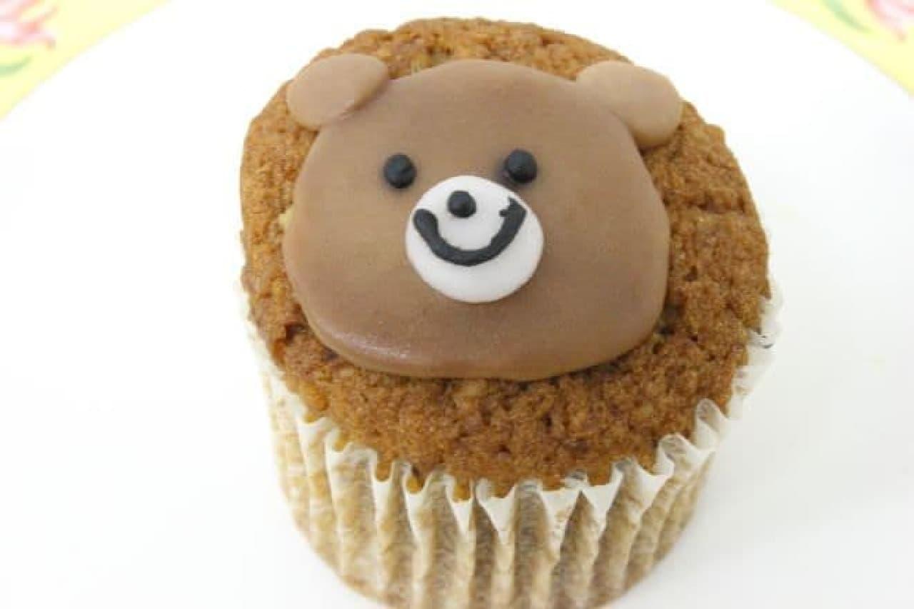 「くま」は、砕かれたノア(クルミ)が香ばしいコーヒー風味のケーキ