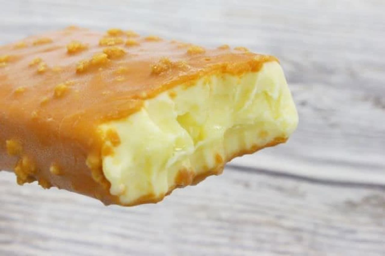 「森永ホットケーキ」は、カスタード味の板チョコを包んだホットケーキ味のアイスをメープル味のチョコでコーティングしたアイス