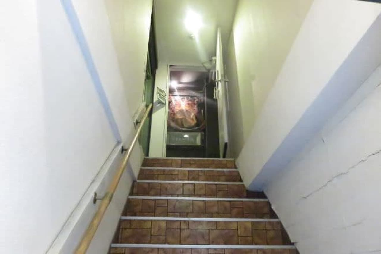 「アール座読書館」へ続く階段