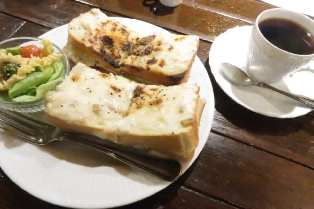 「グラタントースト」はハムとゴーダチーズを挟んだパンに手作りのホワイトソースをたっぷりのせて焼き上げられた一品