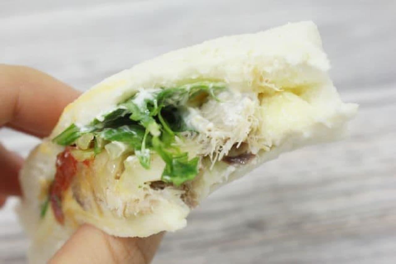 「燻製さばサンド」は、燻製したうまみのあるサバを使い、セミドライトマトをアクセントに加えた食事系サンドイッチ