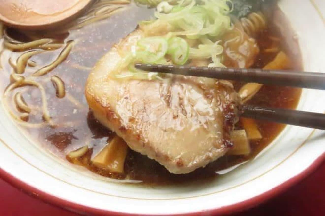 バラチャーシューはイタリア産ホエー豚のバラ肉をじっくりスープで炊きあげ、えにし醤油ダレに漬けこみ香ばしくグリルしたもの