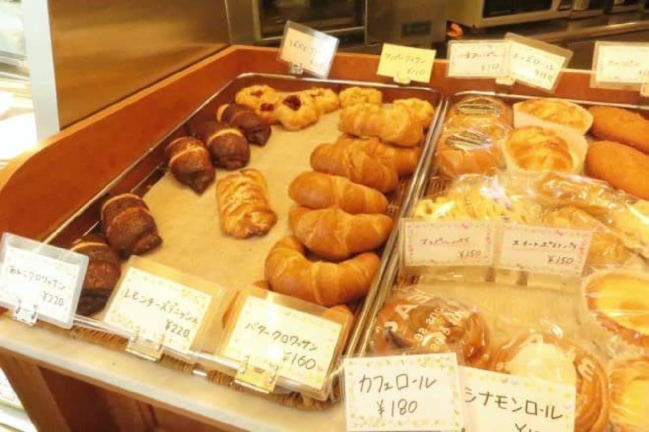 高田馬場にある「Caffe CIELO(カフェ シェロ)」のパンコーナー