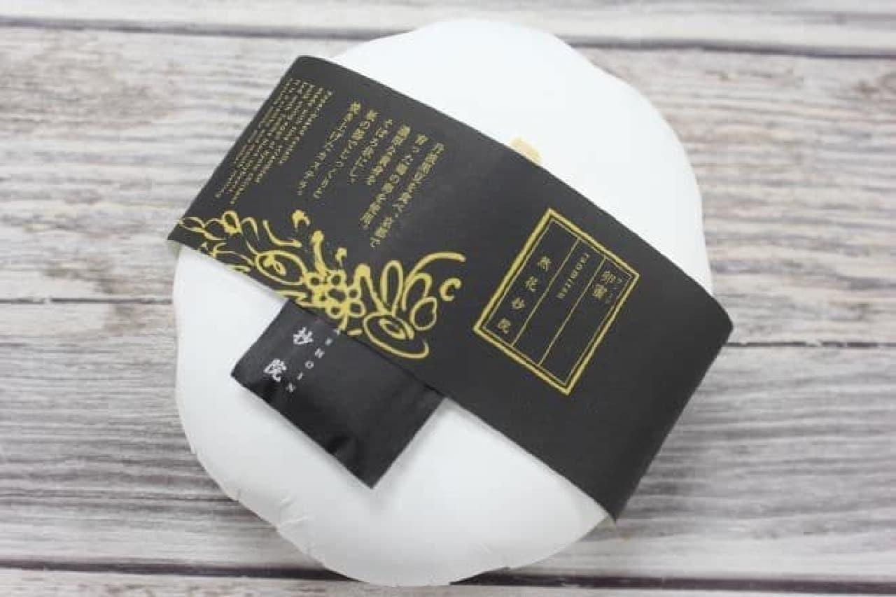 「卵蜜」は、丹波黒豆を食べ、京都で育った鶏の卵の黄身を紙の器でゆっくり火を通してほどける食感に焼き上げられたかすてら