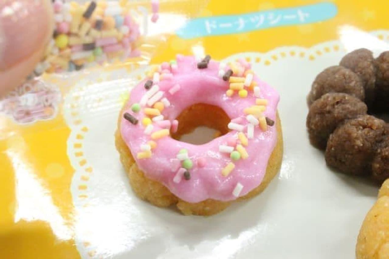 「作って食べよう!ドーナツ」のドーナツをデコる様子