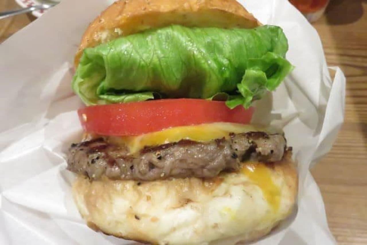 トランプ氏が食べたモントレージャックチーズとコルビーチーズが使用された「コルビージャックチーズバーガー」
