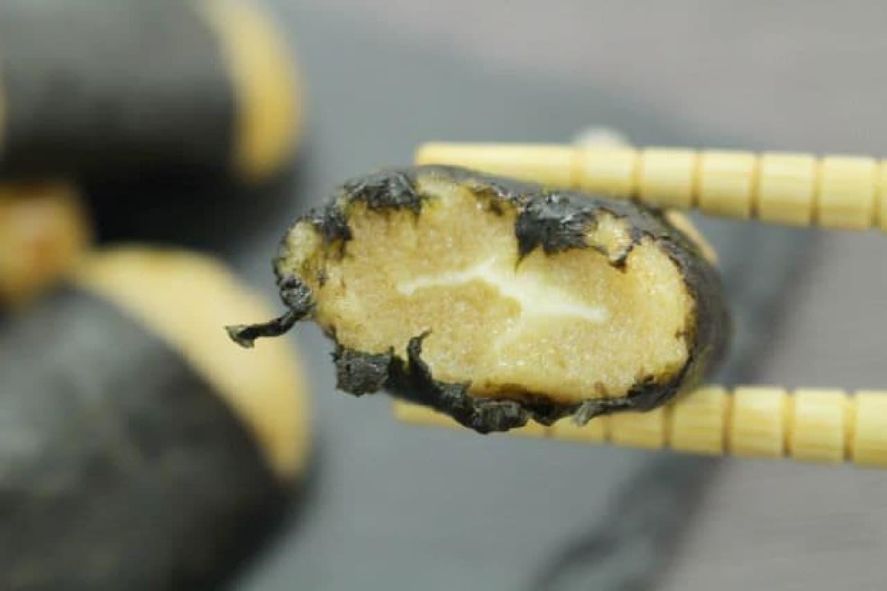「チーズいそべ餅(有明海産海苔使用)」は、チーズフィリングを風味豊かなお餅で包み、海苔で巻いた和洋折衷のいそべ餅