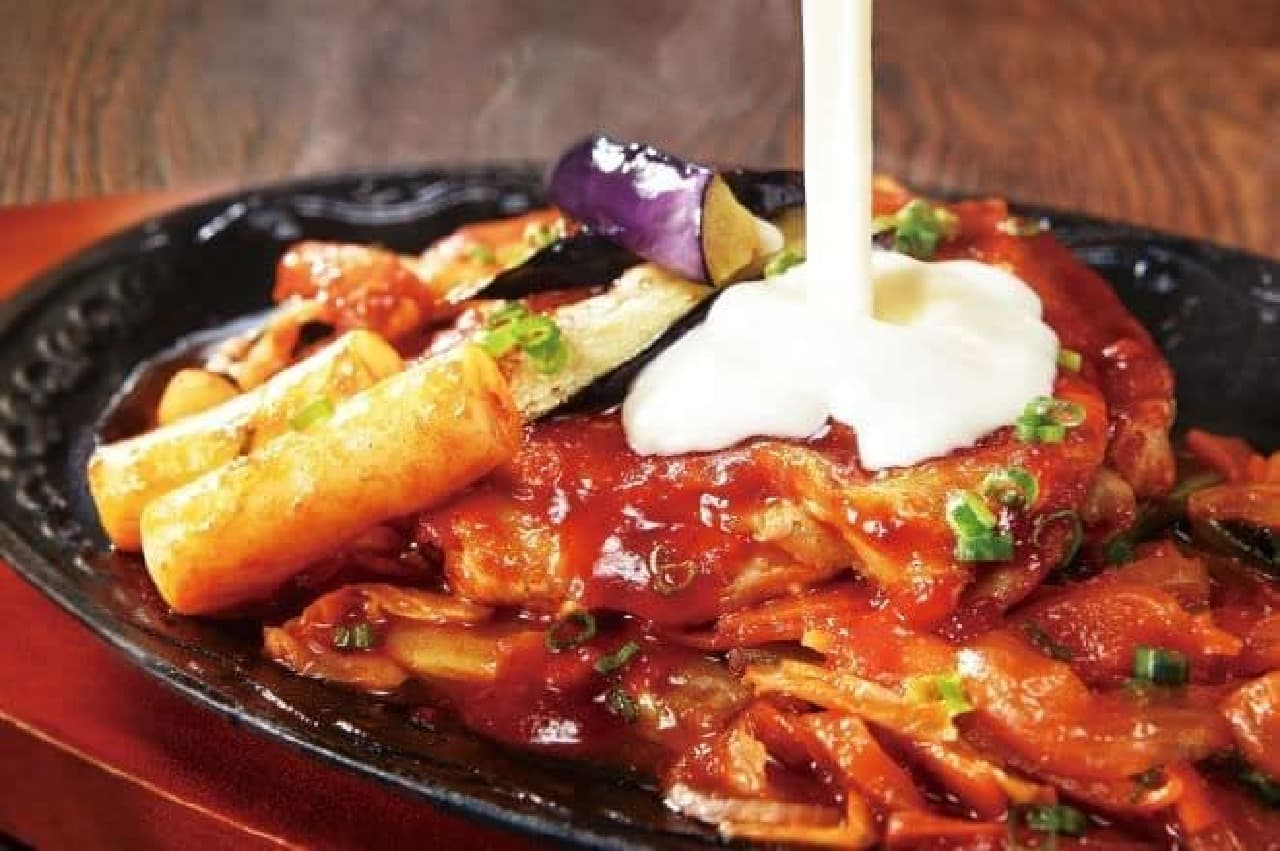 「チーズタッカルビ」は、旨辛ダレに絡めて焼いた柔らかくジューシーなチキンと野菜に濃厚なチーズソースを絡めて食べる一品