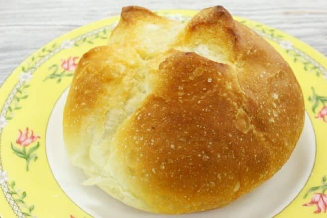 自慢のソフトフランス生地に、ひんぎゃの塩とバターをトッピングしたロングセラー商品「塩バターパン」