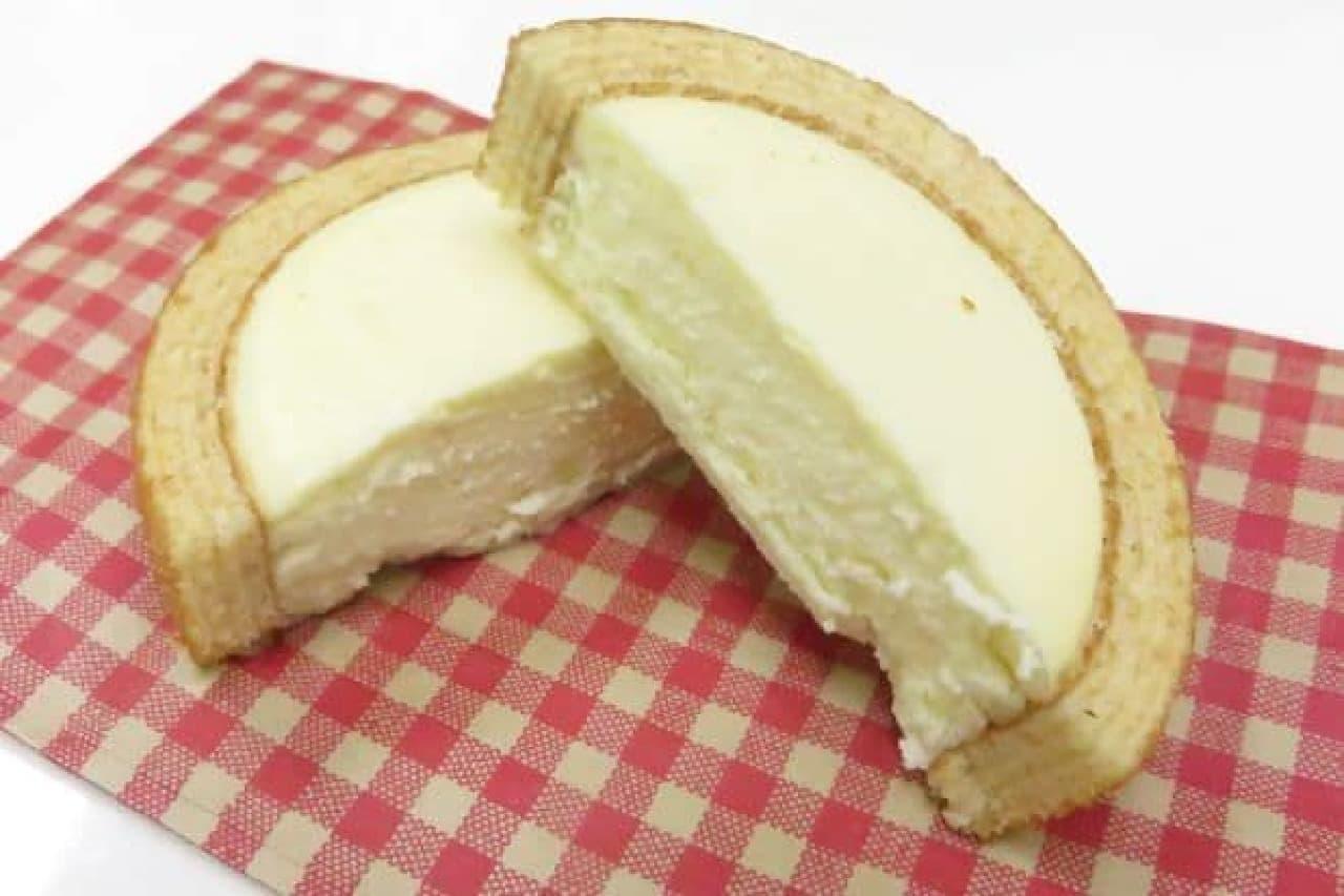 「チーズinタルトバウム」はバウムクーヘンがタルトになった焼きチーズケーキに長野県産りんご「ふじ」が使用されたお菓子