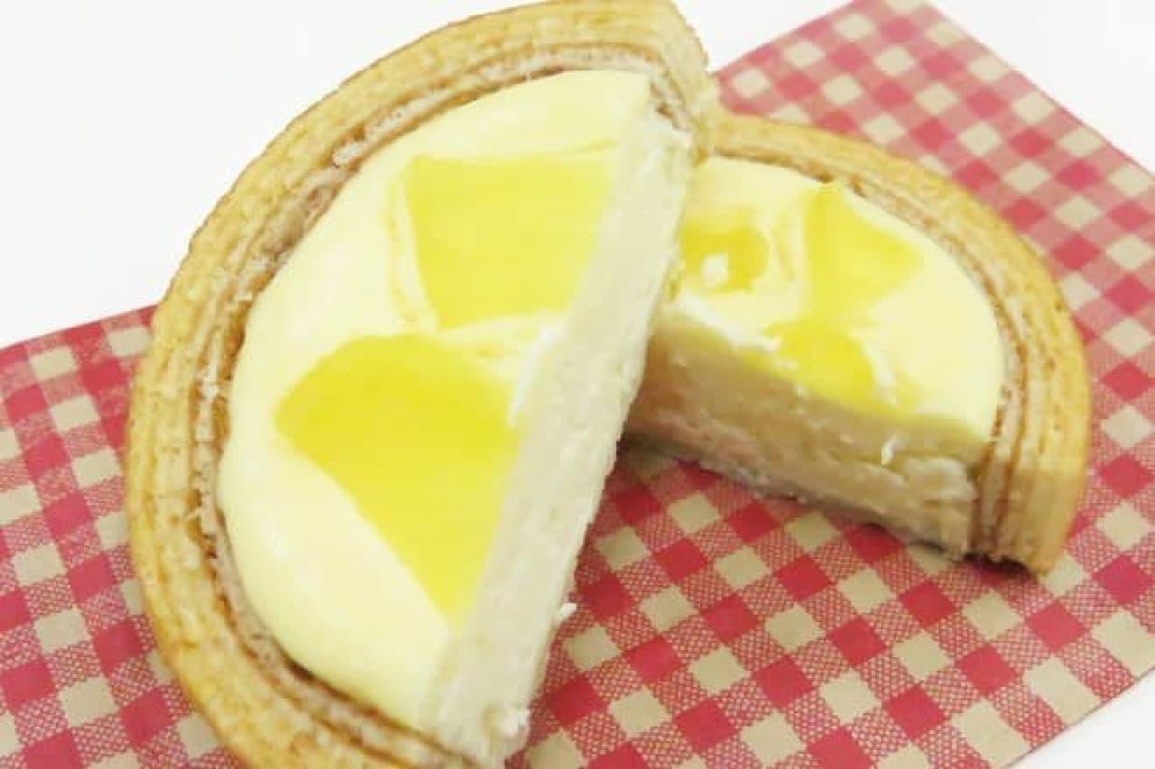 チーズinタルトバウム 信州りんごは、バウムクーヘンがタルトになった焼きチーズケーキに長野県産りんご「ふじ」が使用されたお菓子