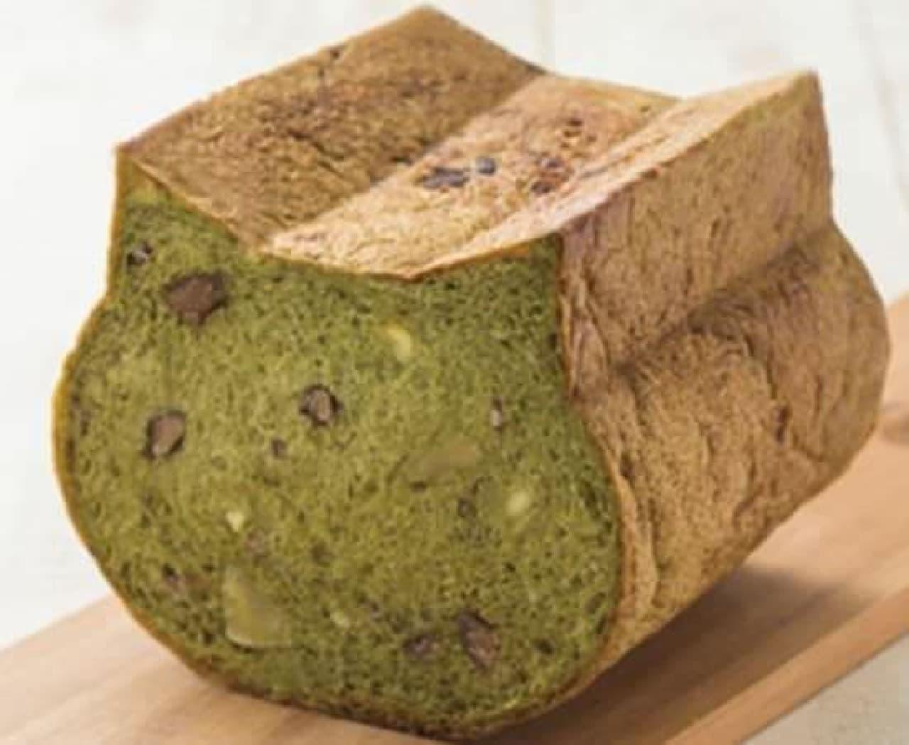 「いろねこ食パン+(プラス)は、ほろ苦い抹茶の生地に渋皮栗&甘露煮栗とほどよく甘い小豆を混ぜ込み焼きあげられたパン