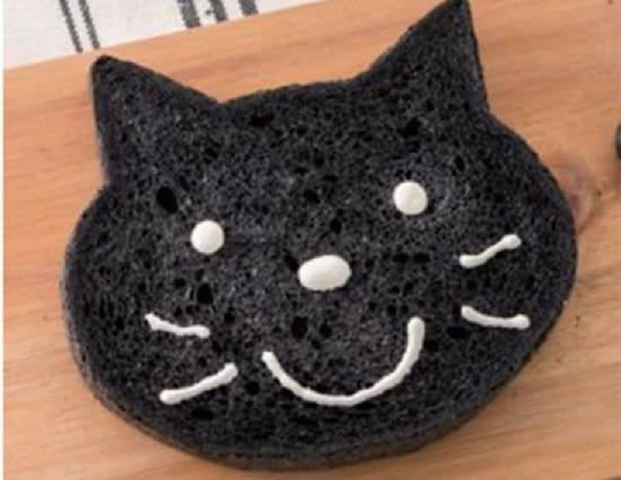 「いろねこ食パン(くろ)」は竹炭パウダーを練り込み焼きあげられた黒いパン