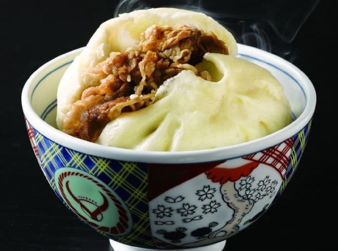 「吉野家 特製牛肉まん・特製豚肉まん」は、吉野家で提供している牛丼、豚丼の具材が使用された肉まん