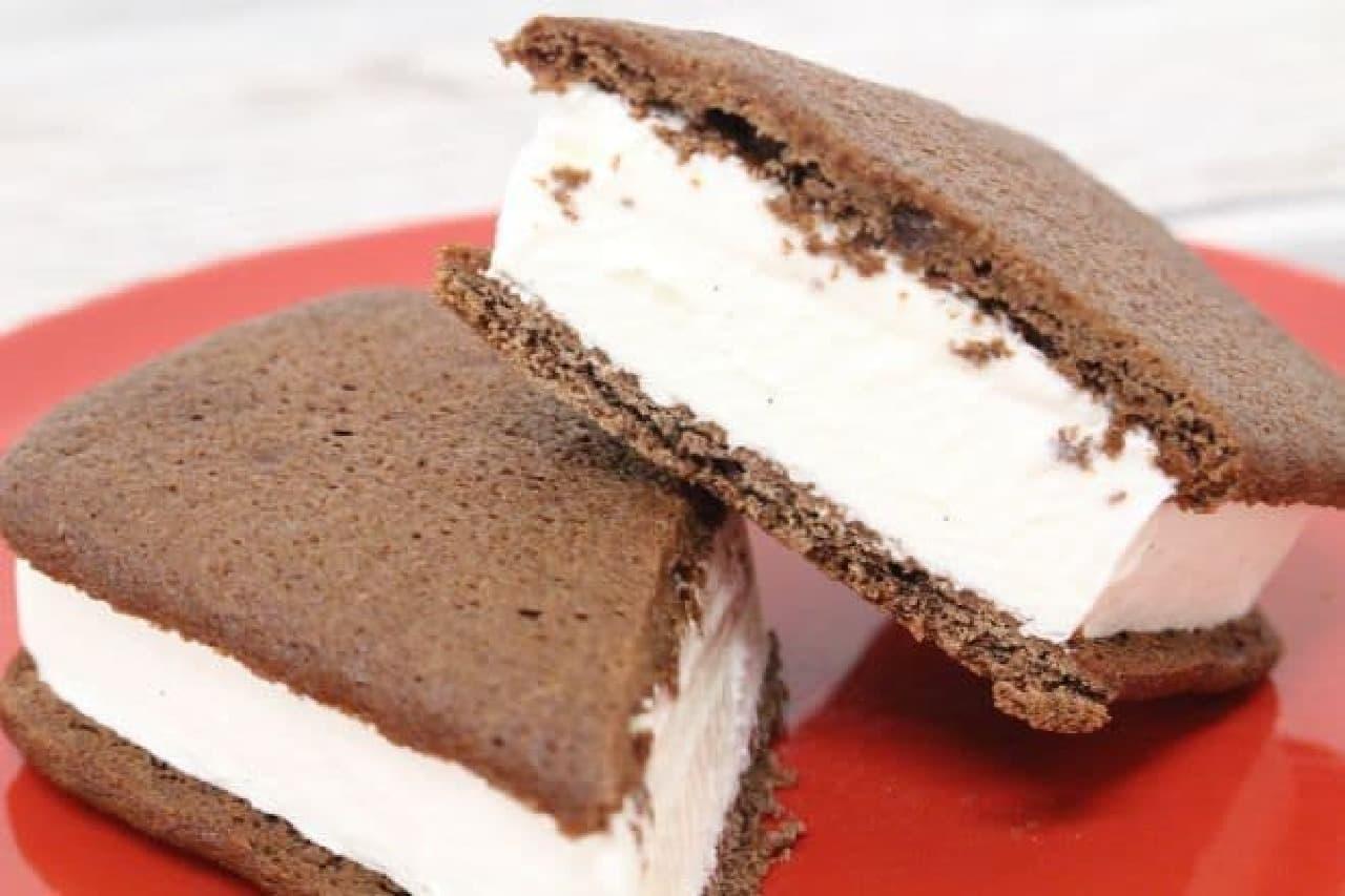 「チョコが濃厚なブラウニーサンド」は、バニラビーンズシード入りのバニラアイスをブラウニーでサンドしたアイス