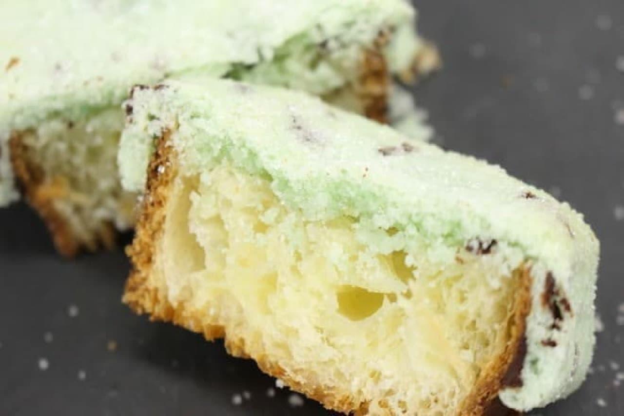東京パヴェは四角いデニッシュパンにさまざまなフレーバーのクッキー生地をかぶせて焼き上げた、メロンパンのようなお菓子