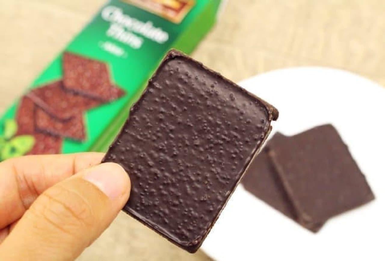 クリスピーチョコレートは、ほろ苦いダークチョコレートにミントを合わせパリッとした薄手のチョコレートに仕上げたもの