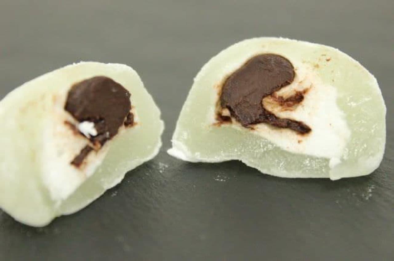 チョコミントもちはチョコレートクリームをマシュマロと爽やかなミントが香るおもちで包んだお菓子