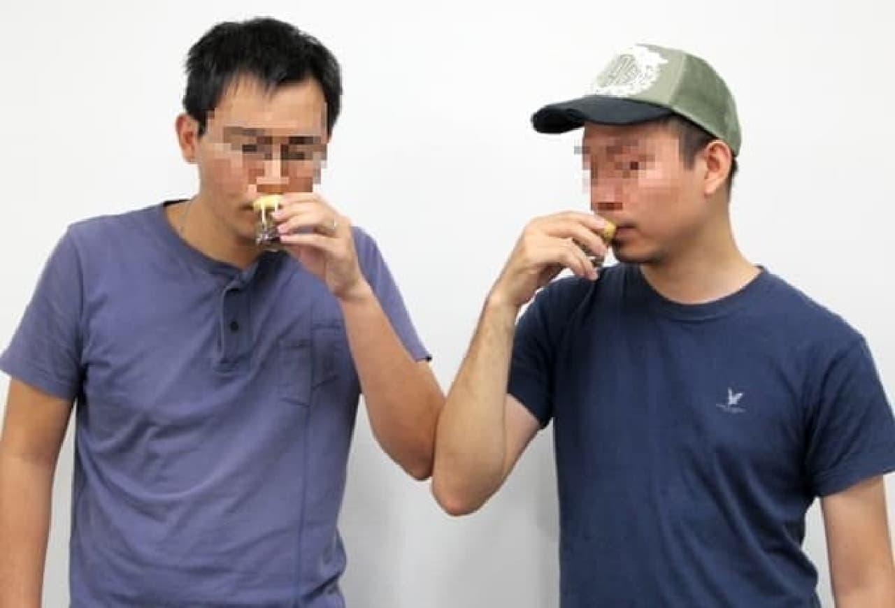 「ベトナムエッグコーヒー」を飲むベトナム人