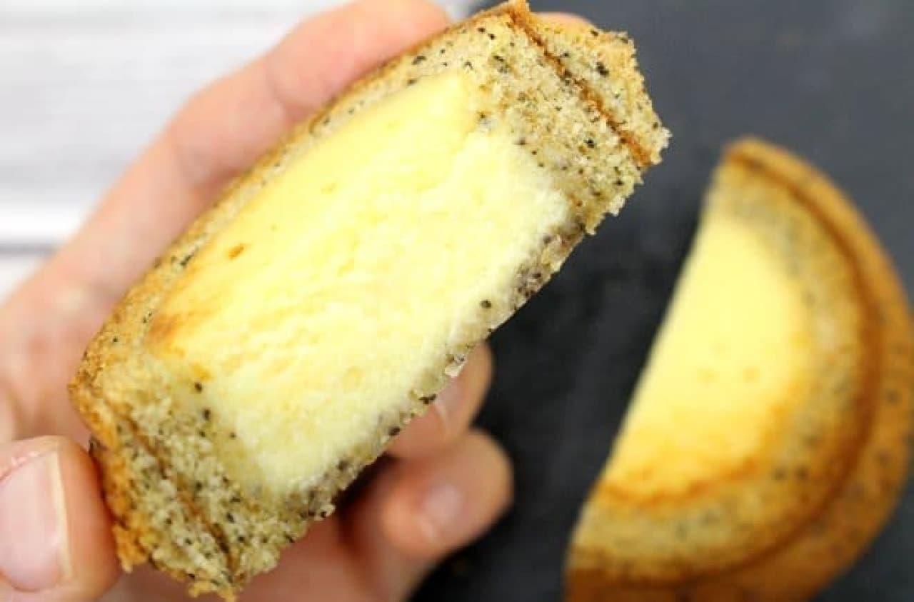「チーズインバウム」は、バウムクーヘンの穴にベイクドチーズケーキが詰められた一品