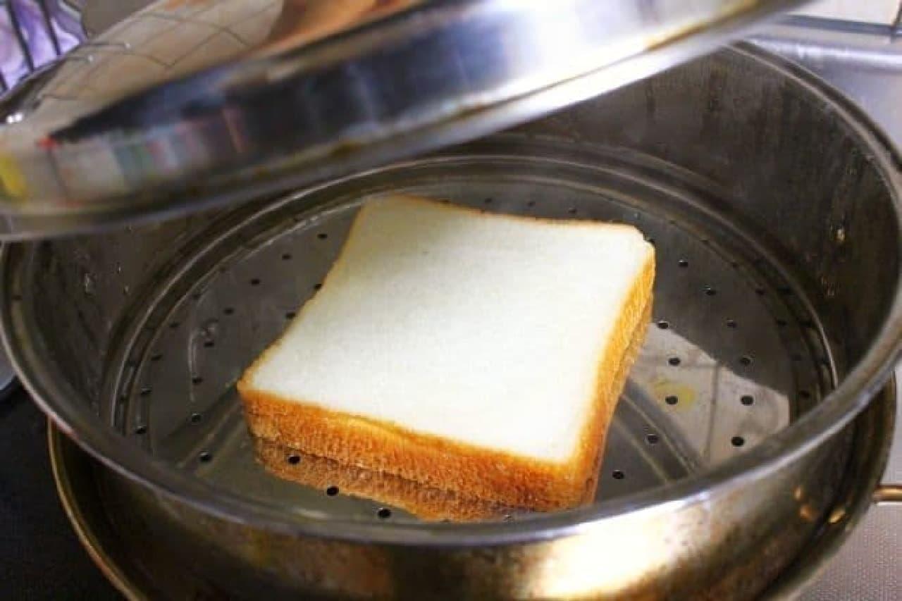 食パンを蒸す様子