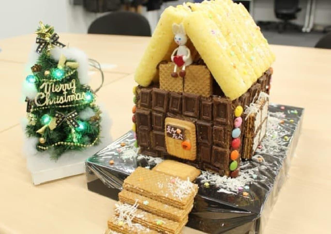 お菓子の家を作る様子