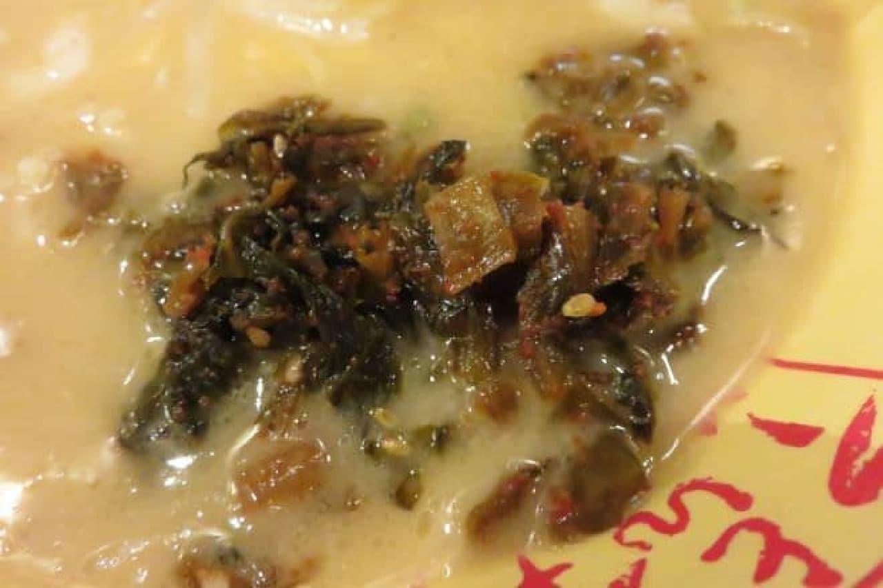 高菜を加えた「元祖マルキューチーズラーメン」