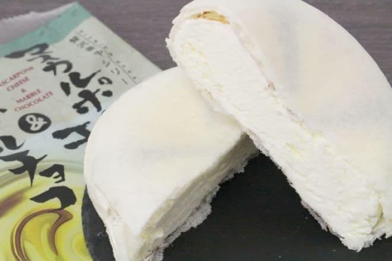 マスカルポーネチーズ&マーブルチョコは、マスカルポーネチーズとチョコレートソースが組み合わされたアイス最中