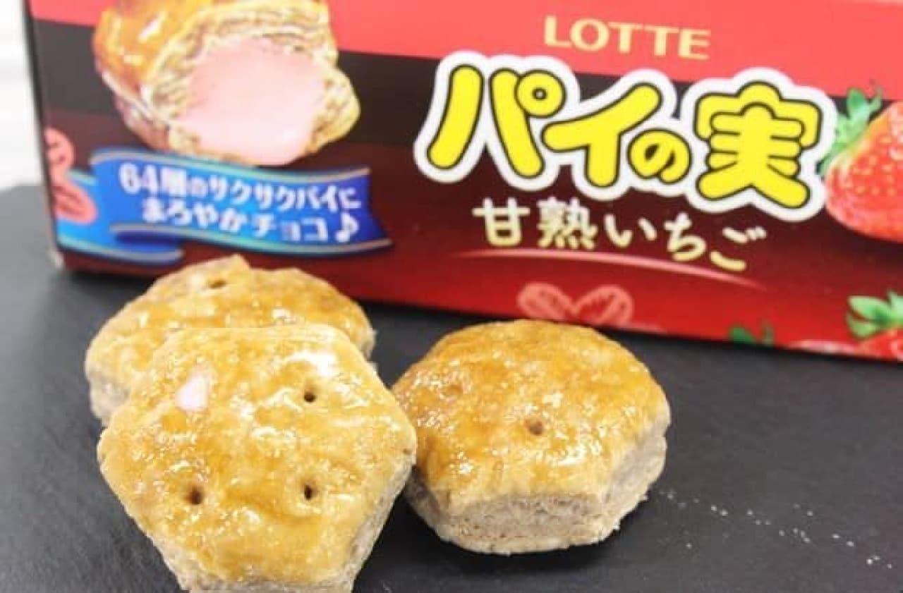 「パイの実<甘熟いちご>」は、64層のサクサクパイに甘熟苺のおいしさを味わえるチョコが詰められたお菓子