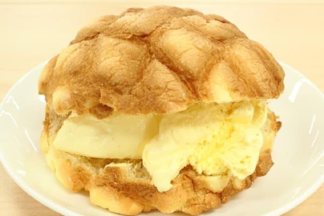 世界で3番めにおいしいメロンパンアイスを作る様子