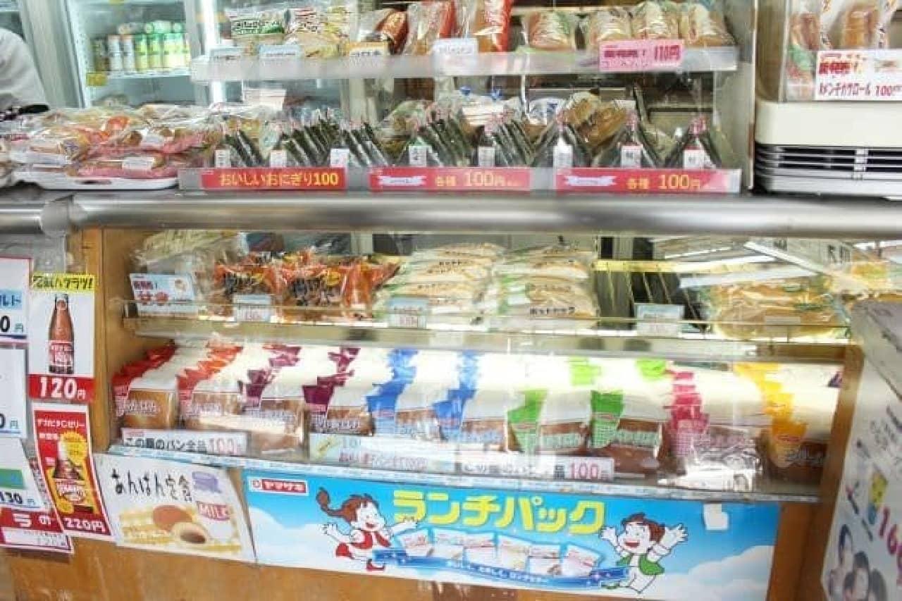JR秋葉原駅6番線ホーム(総武線・千葉方面)にある「ミルクショップ酪(ラク)」のラインナップ
