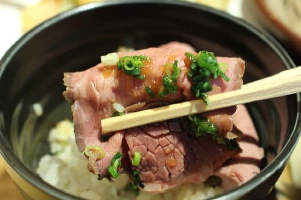 「かむげん」で販売されている「いちおしセット」のローストビーフ丼