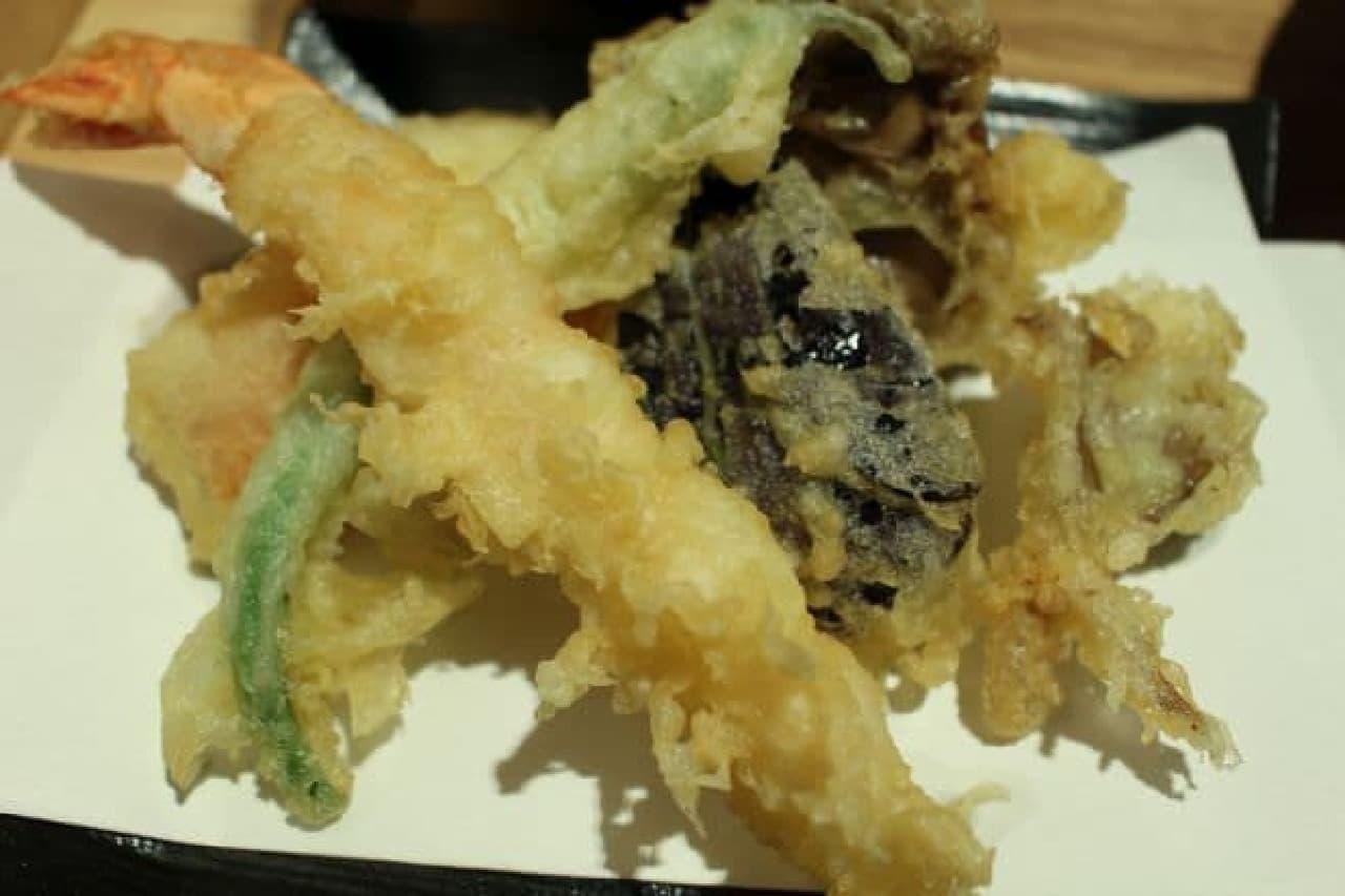 天ぷらは海老、なす、まいたけ、にんじん、さつまいも、さやいんげんの6種