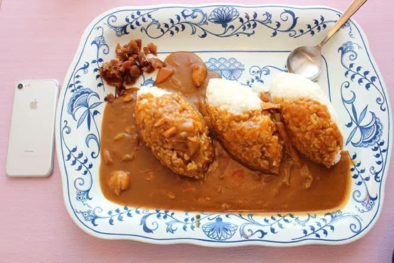 学生食堂「スカイラウンジ暁」で食べられる「トリプルカレー」
