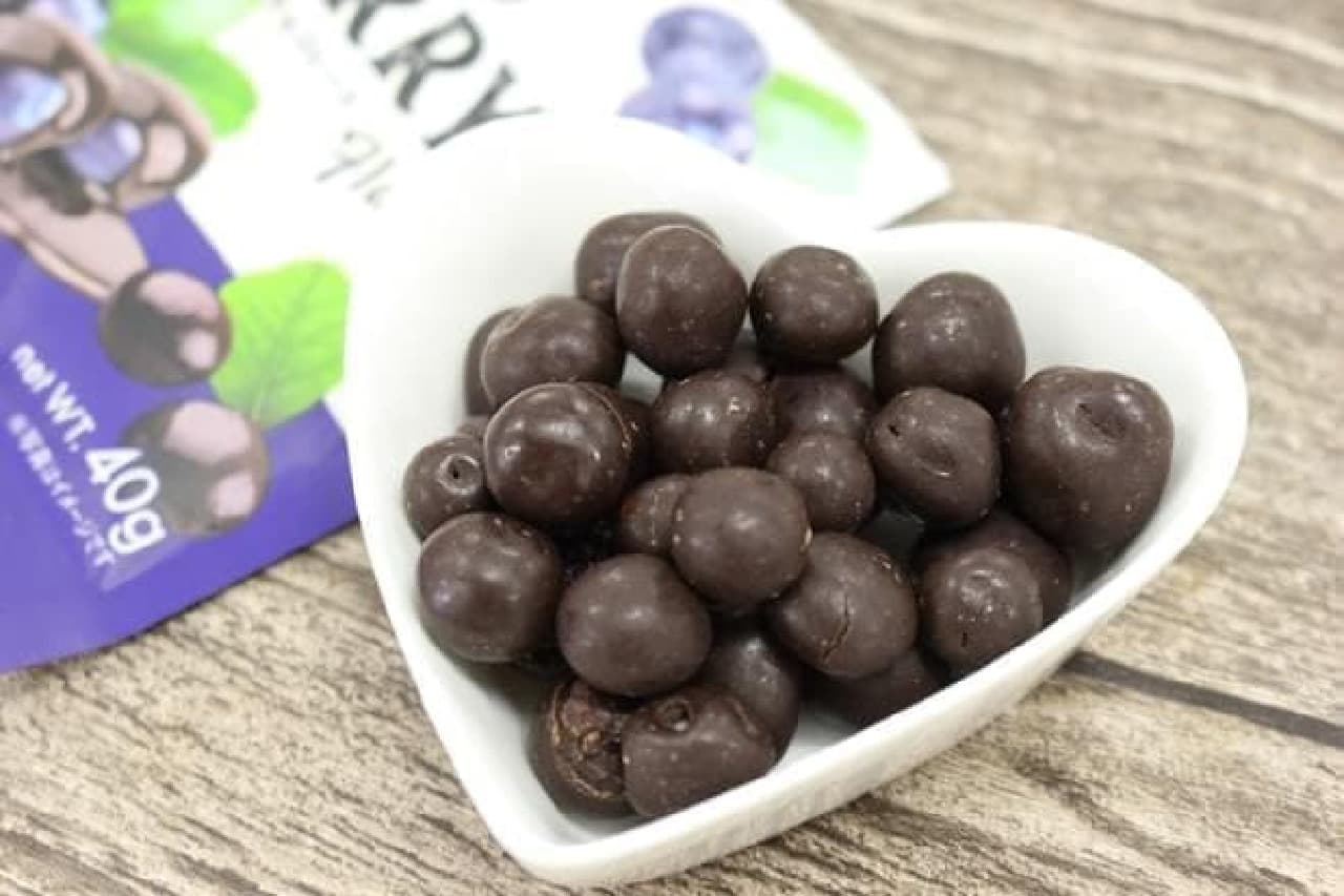 ジューシーなベリーをダークチョコレートで包んだ「ブルーベリー イン ダークチョコレート」