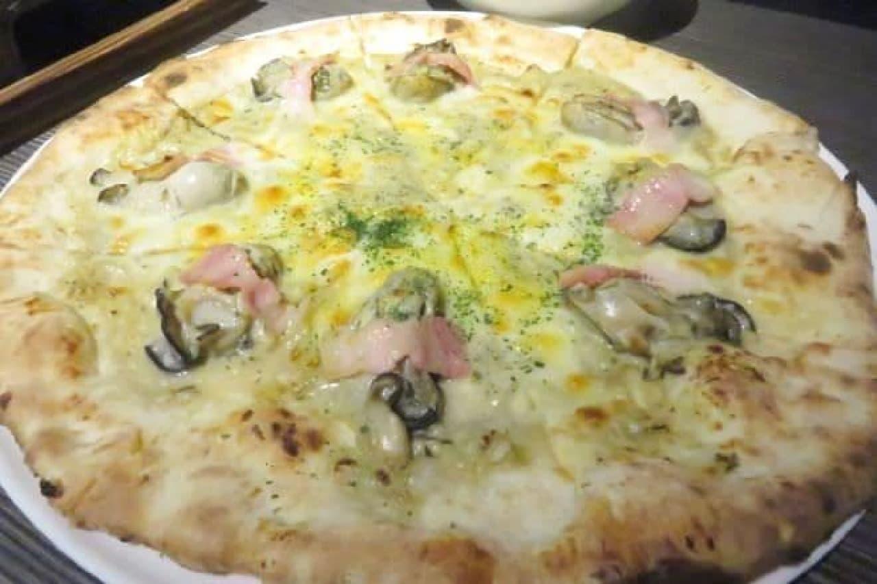 オイスタークリームピッツァは、牡蠣、マッシュルームペースト、ホワイトソース、オイスターペースト、チーズ、ベーコンが使用されたピザ