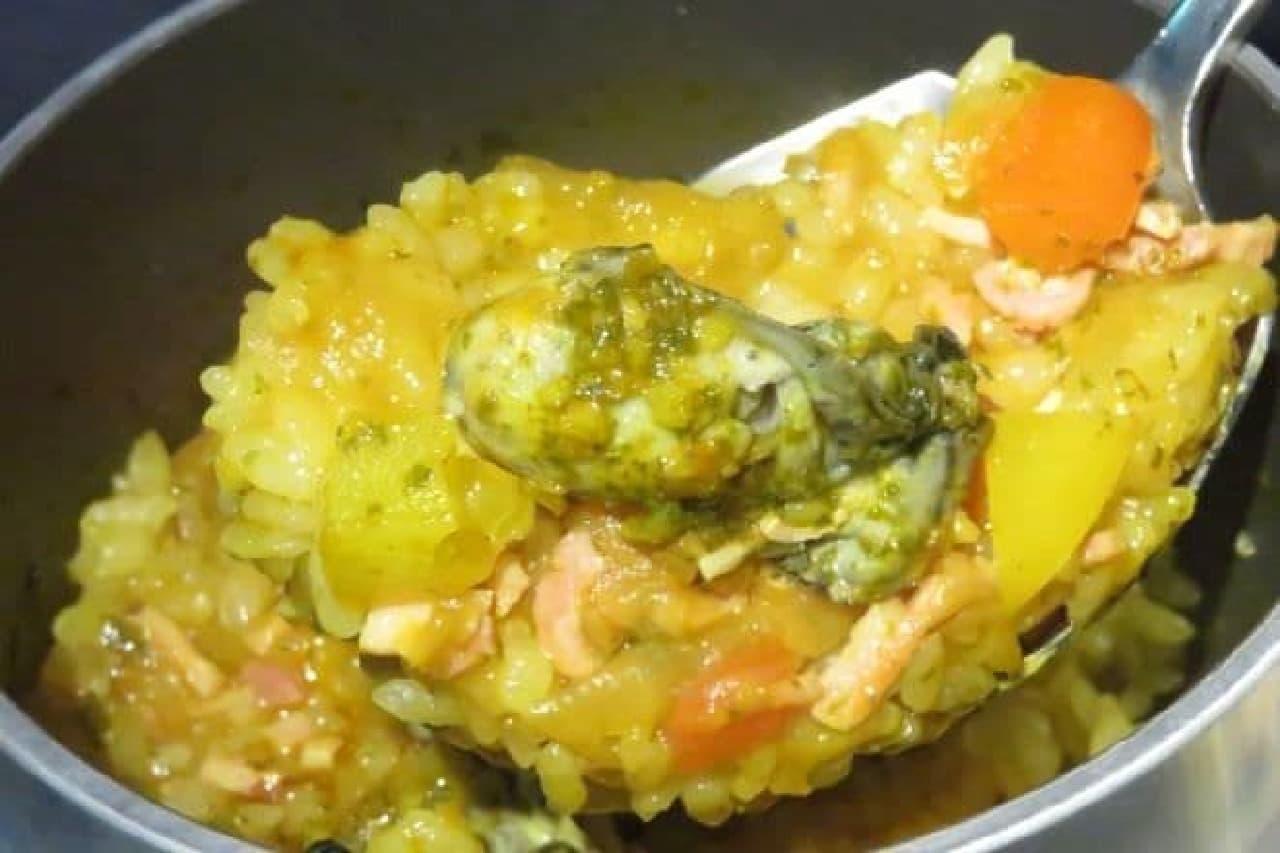 牡蠣のパエリア風釜飯は、牡蠣を使ったパエリア風の釜飯