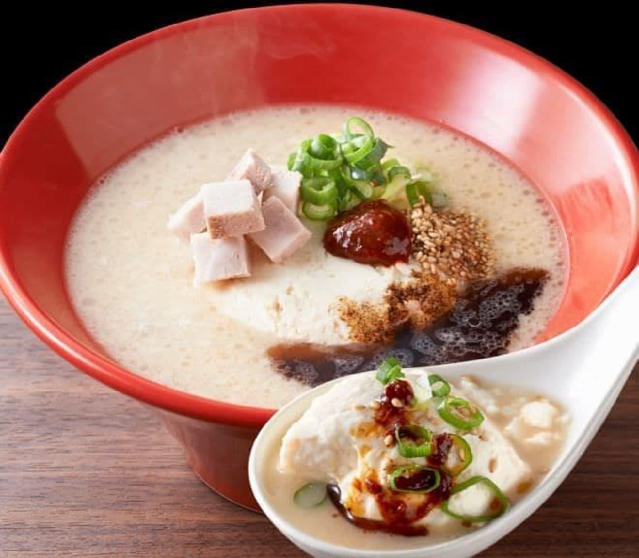 赤丸とんこつ豆腐は一丁250gの極上豆腐をレンゲですくってプルンと食べる新しいスタイルの麺なしラーメン