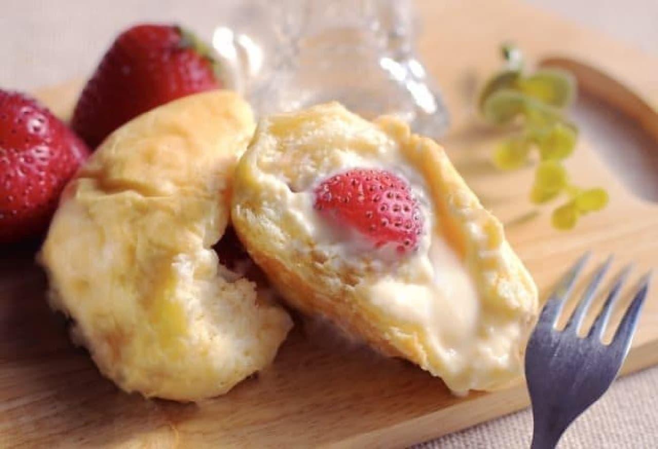 八天堂「まるごと苺の入ったくりーむパン」