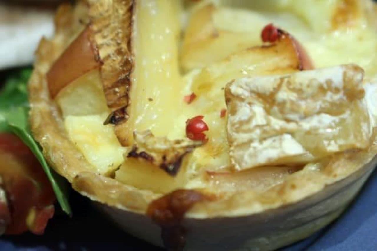 とろーりカマンベールチーズと焼きリンゴのキッシュはカマンベールと青森県産のリンゴを使ったキッシュ