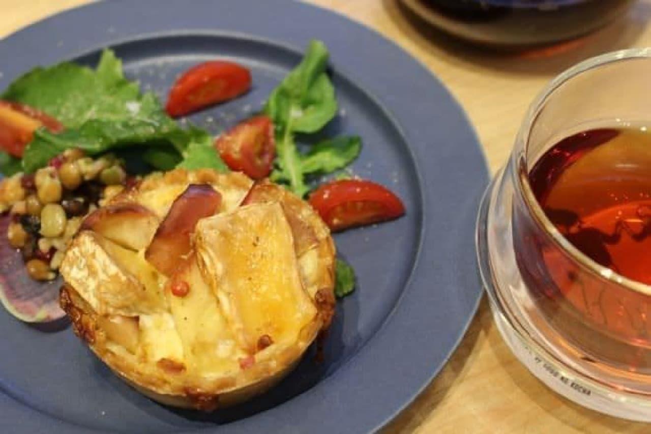 とろーりカマンベールチーズと焼きリンゴのキッシュ カマンベールと青森県産のリンゴを使ったキッシュ