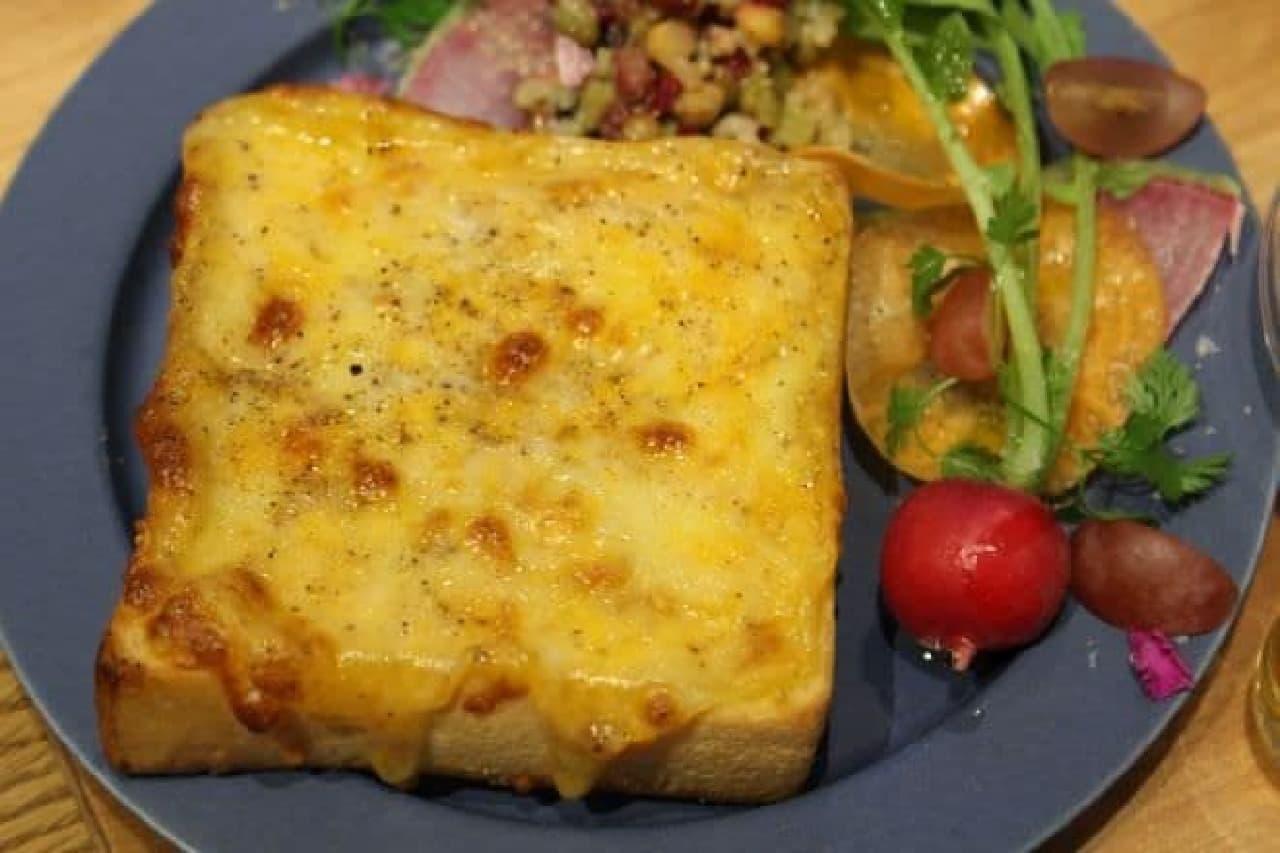 人気No.1メニューの「とろけるチーズトースト」