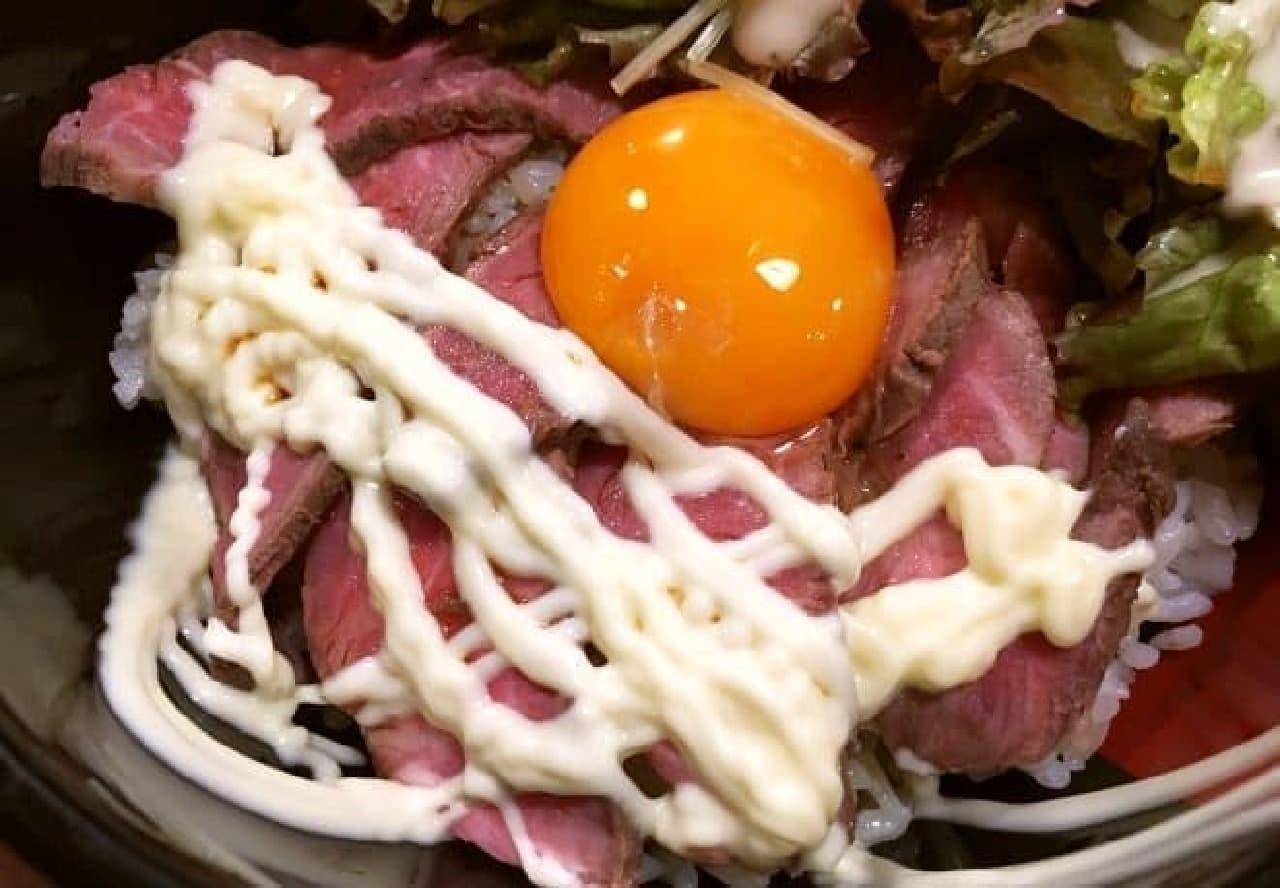 東京・中野にある焼肉店「李苑(リーエン)」の「特製ミスジローストビーフ丼」