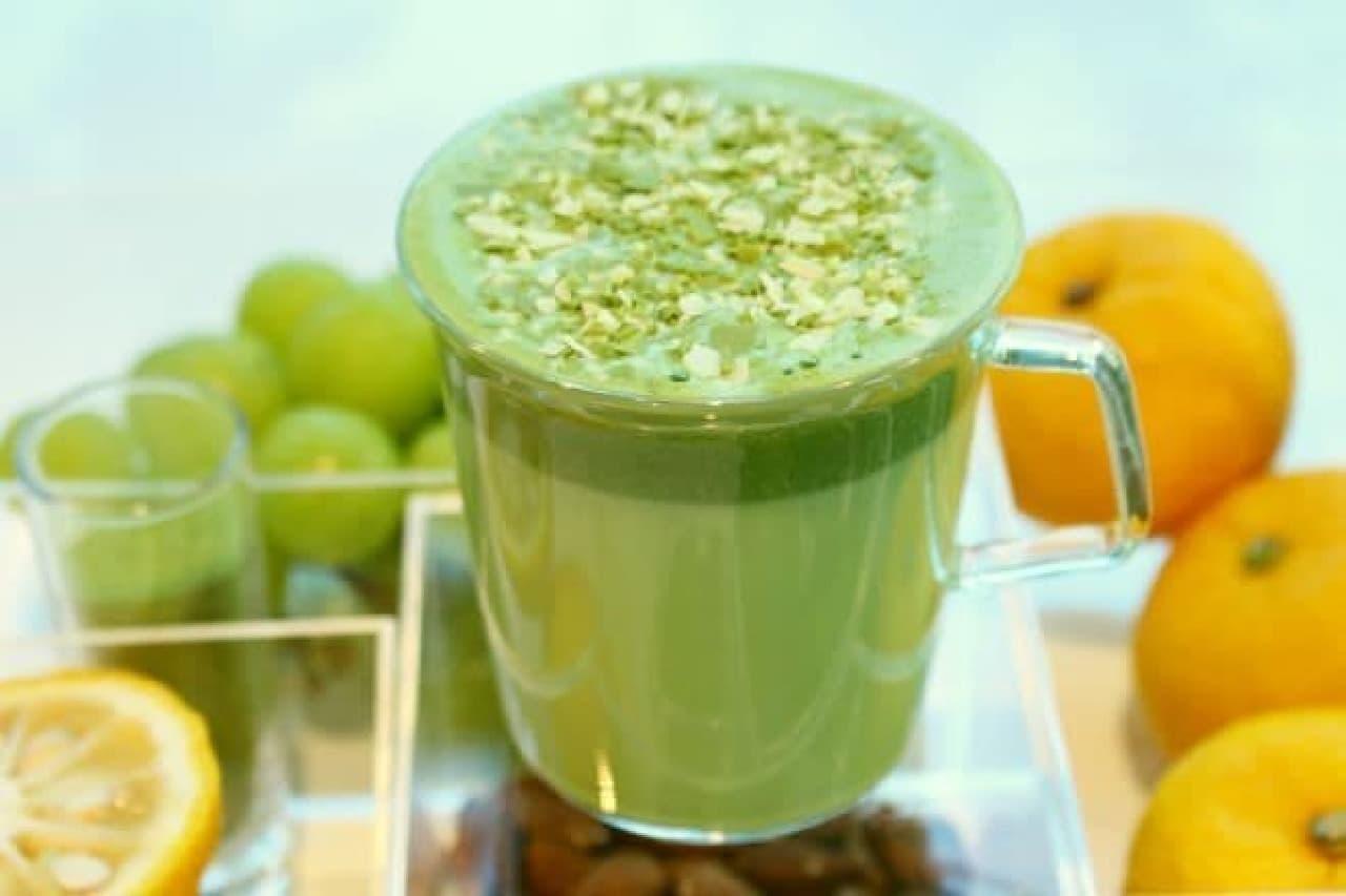 抹茶 フルーティー ブレンズ ティー ラテは、抹茶の味わいを引き立てる素材が加えられた一杯